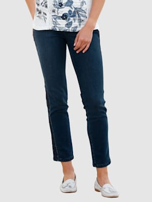 Jeans met geborduurde sierrand opzij
