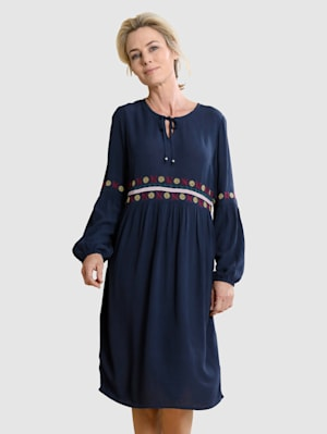 Šaty s výšivkou