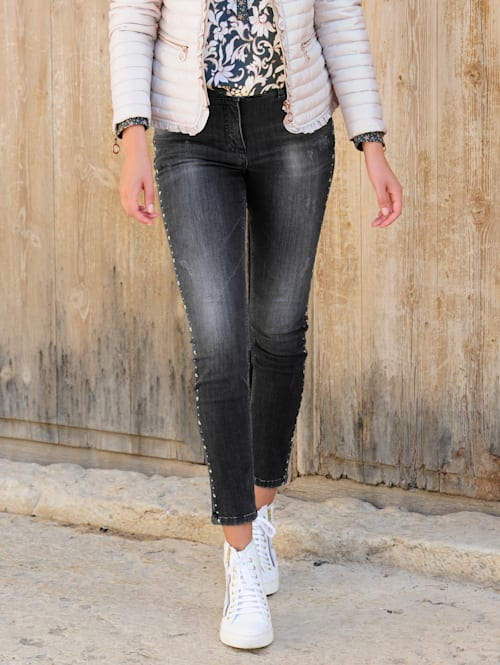 Jeans med stjärnformade nitar