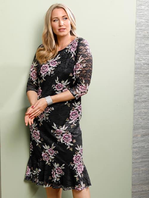 Krajkové šaty s kanýrem na zakončení