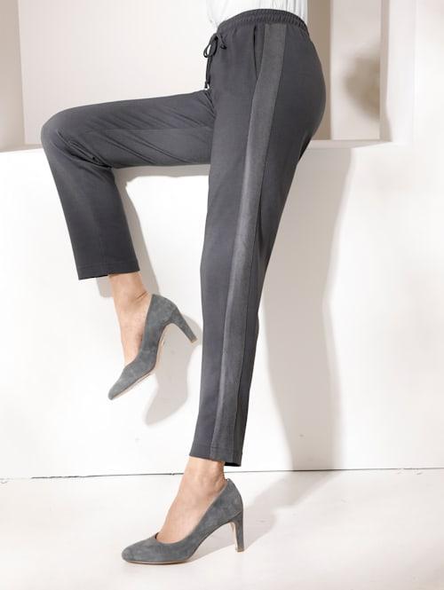 Pantalon à taille élastiquée avec empiècement en simili sur les côtés