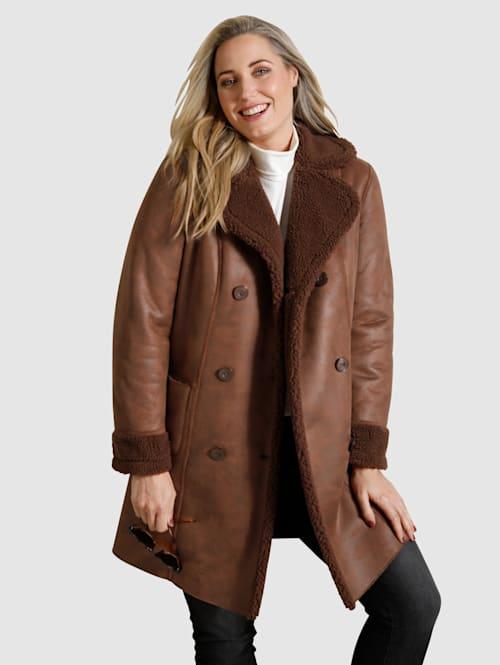 Kabát z imitácie kože vo vzhľade jahňacej kožušiny