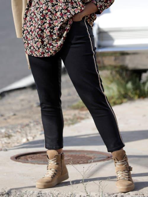 Jeans med galonstriper og kjedepynt