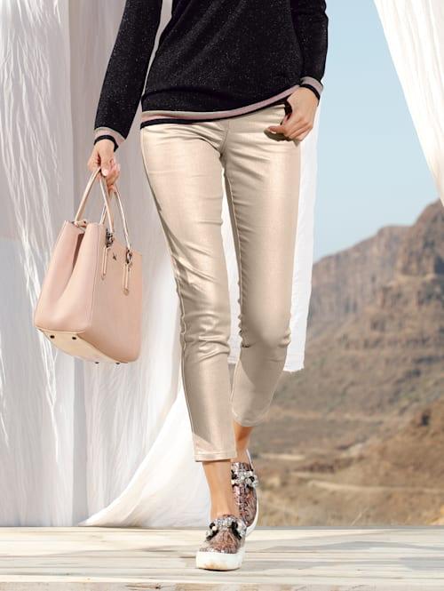 Kalhoty v metalickém vzhledu