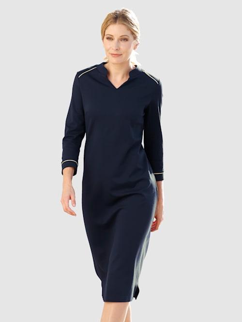 Kleid mit kontrastfarbener Paspelierung
