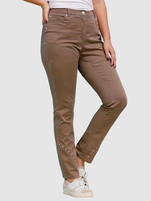 Jeans mit dekorativen Nieten am Saum