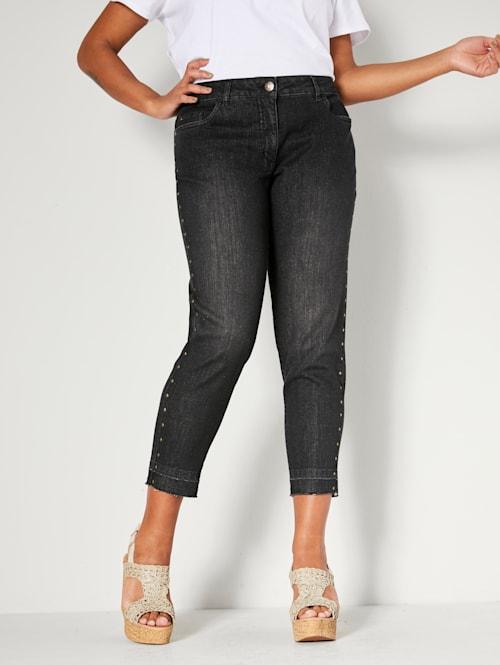 Jeans met klinknageltjes opzij