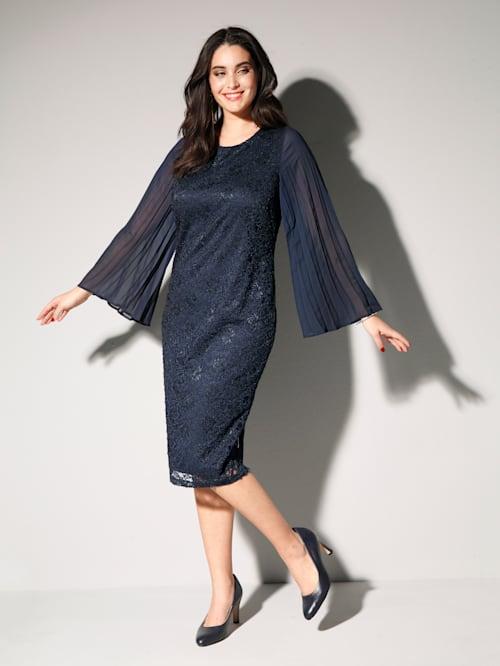Krajkové šaty s plisovanými šifonovými rukávy