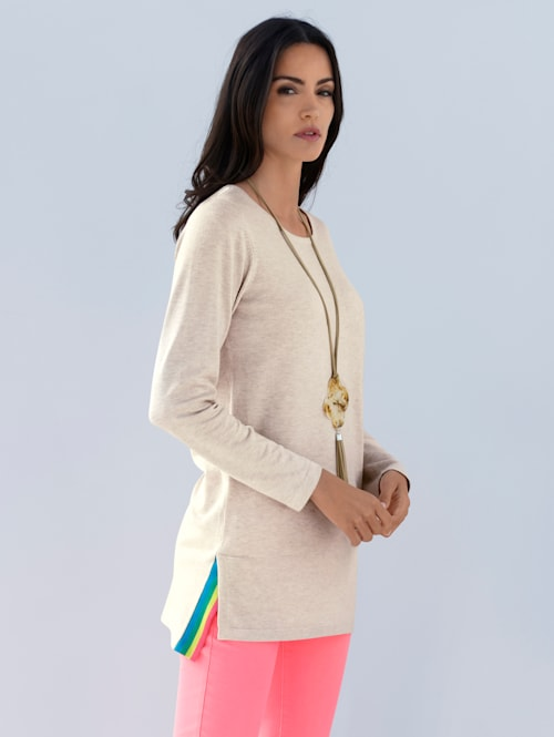 Pullover mit buntem Schlitz in der Seitennaht