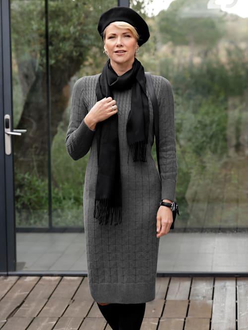 Stickad klänning med flätstickat mönster