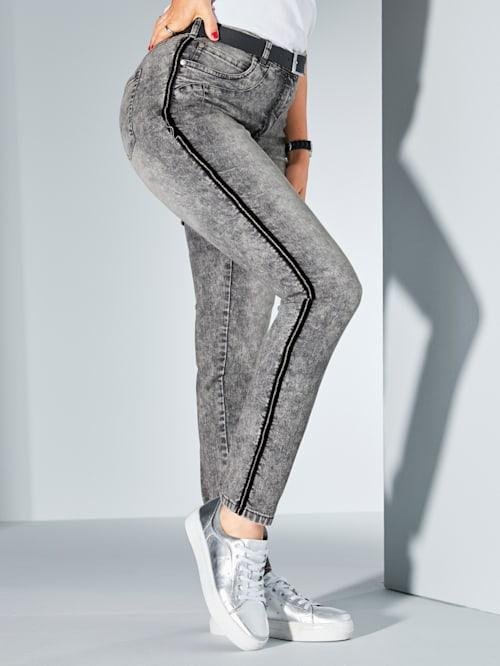 Jeans met contrastkleurige paspel opzij van de pijp