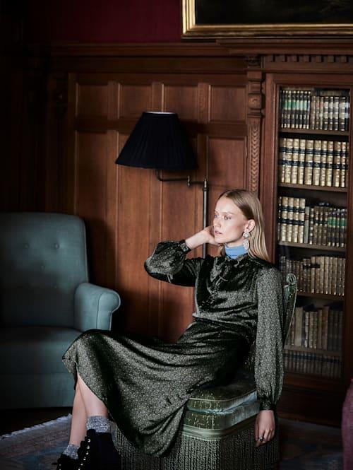 Robe avec lavallière et imprimé minimaliste