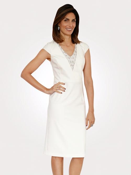 Kleid mit Ziersteinen am Ausschnitt