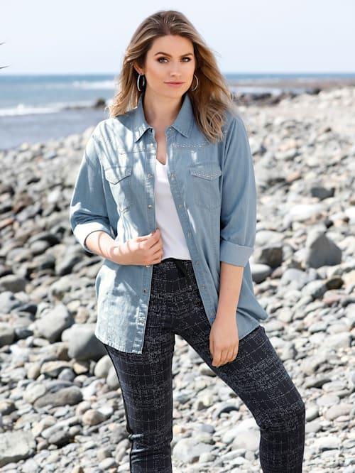 Jeansbluse mit kontrastfarbenen Nähten