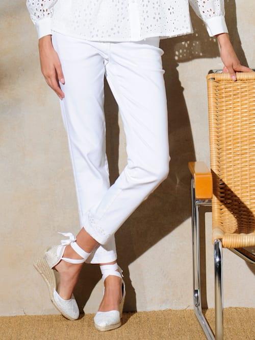 Jeans mit Lochstickerei aum Saumabschluss