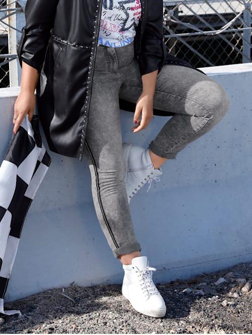 Jeans med kontrasterande passpoaler i sidan
