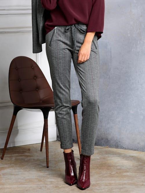 Nohavice s jemným kontrastným prúžkovaním