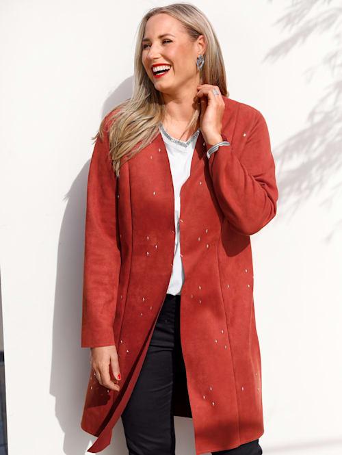 Kabát s moderními nýty