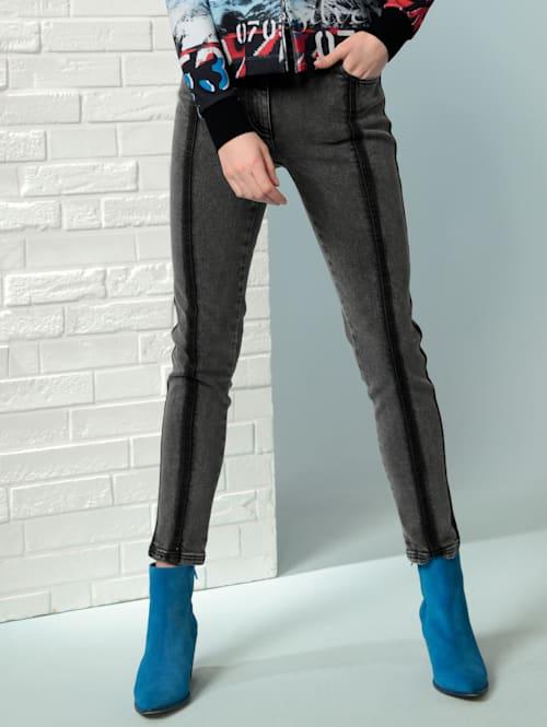Jeans mit dunklen Wascheffekten
