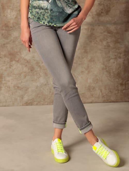 Jeans mit Kontrastdetails