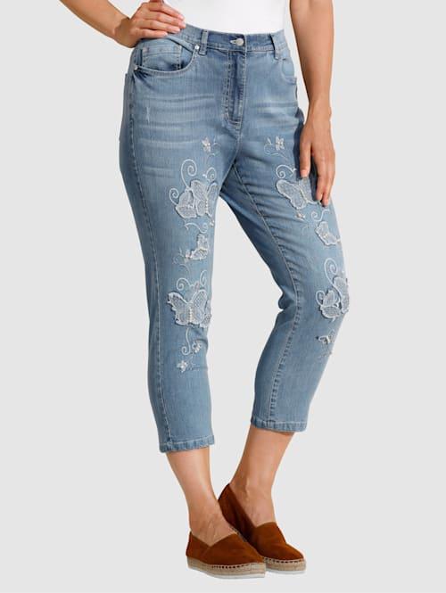 Jeans met vlinderborduursel en kraaltjes