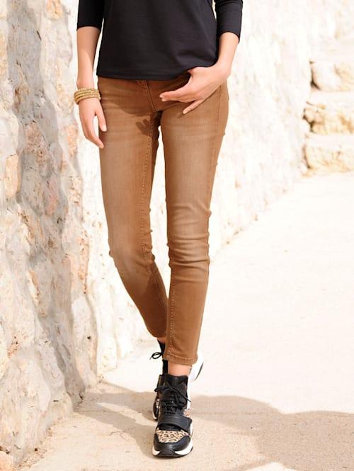 Jeans av färgad denim