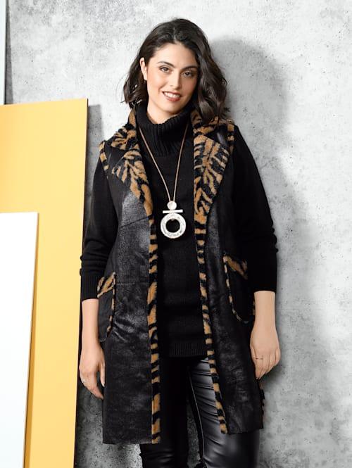Keerbaar vest met een kant van imitatieleer en een kant met animaldessin