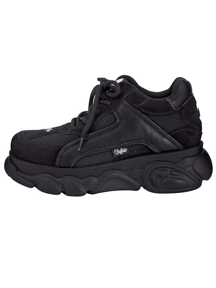 Sneaker in modernem Materialmix