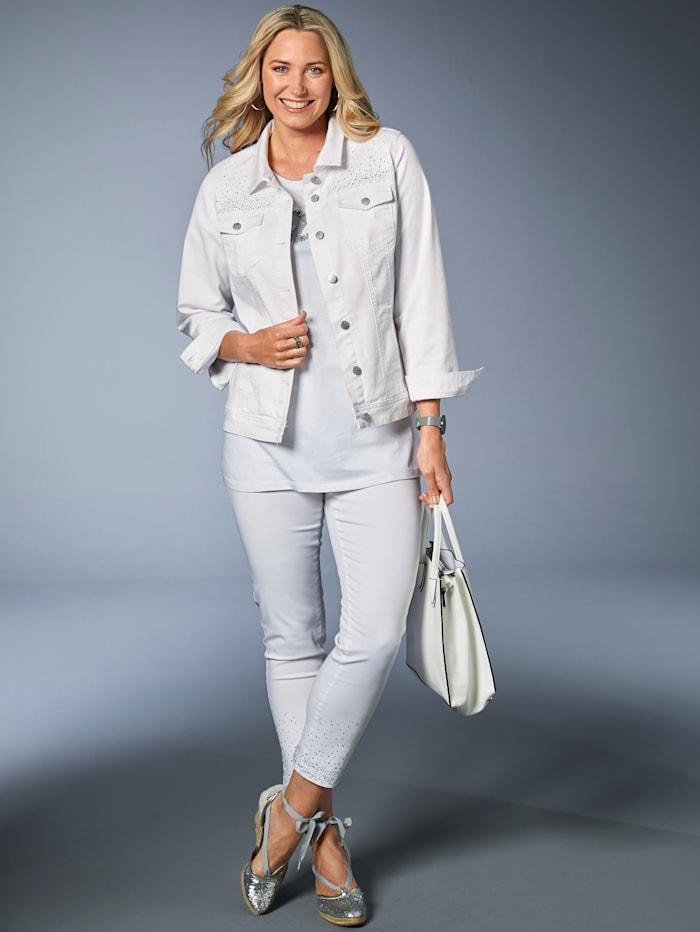 Jeans mit Dekosteinen am Saum