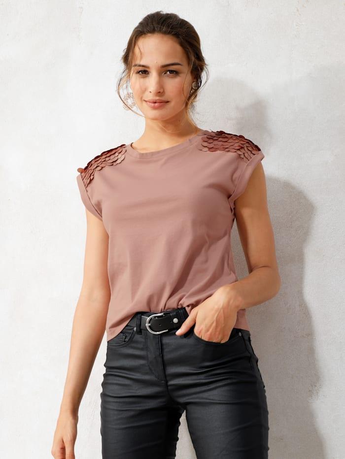 Shirt mit dekorativen Plättchen auf der Schulter