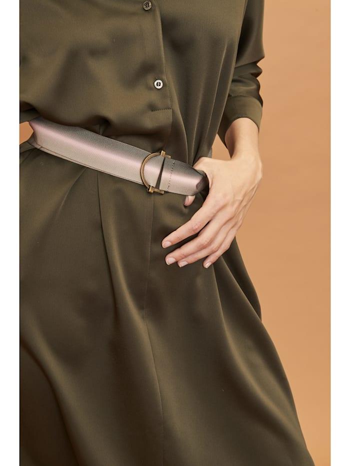 Modisches Kleid mit einem kontrastigen Gürtel
