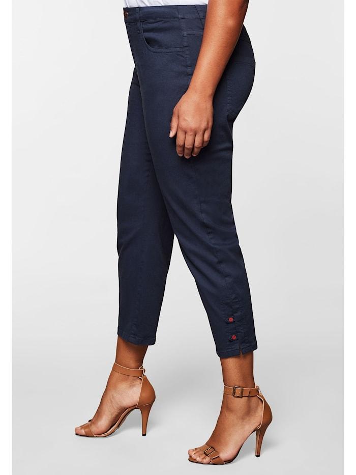 Hose mit Knöpfen und Schlitzen am Saum
