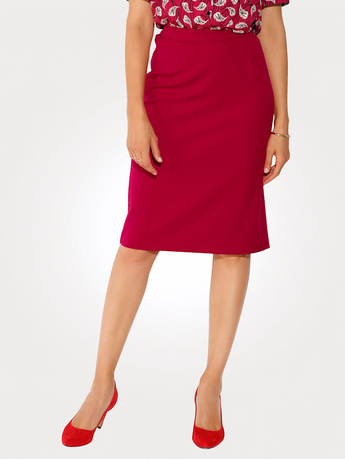 Skirt made from a two-way stretch fabric