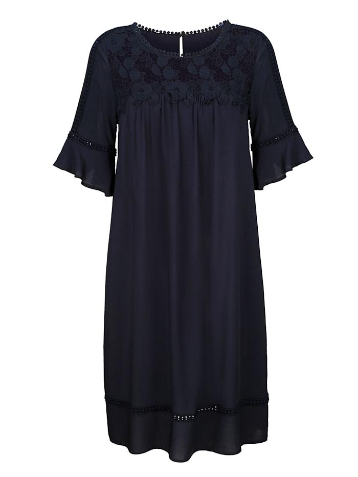 Robe avec empiècements en dentelle