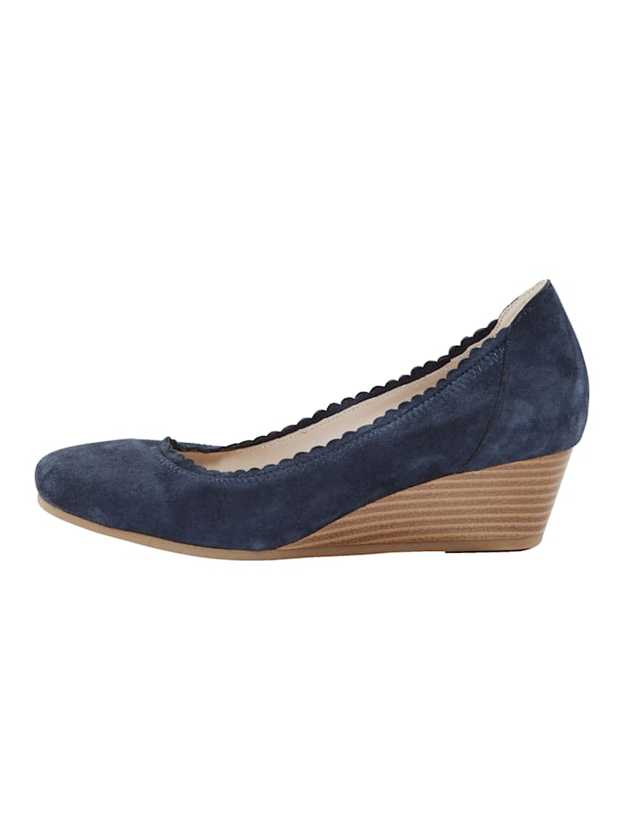 Wedges with scallop trim
