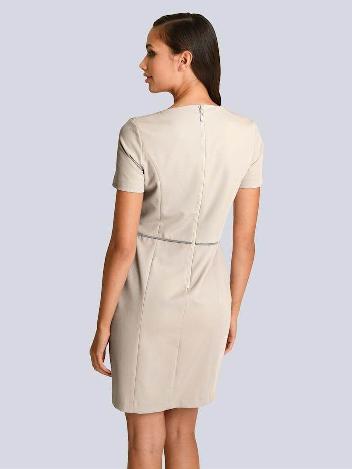 Kleid mit dekorativem Schmuckband in der Taille