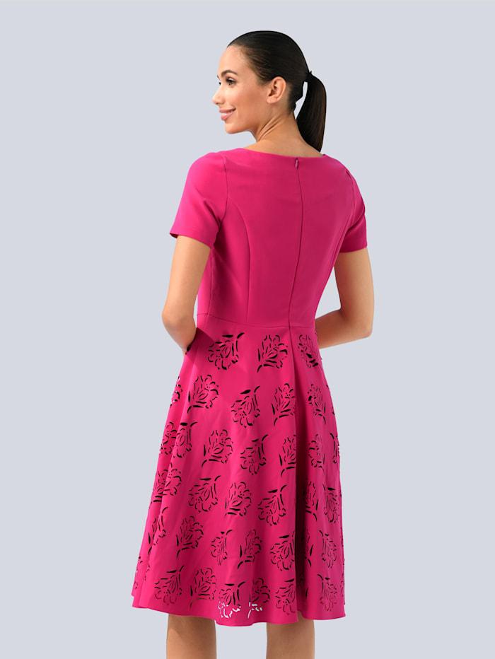 Šaty s módnymi výrezmi
