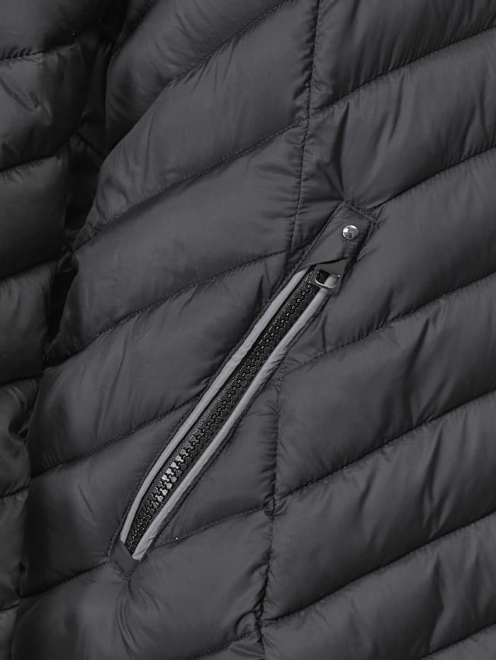 Jacke mit weitenregulierbarer Kapuze
