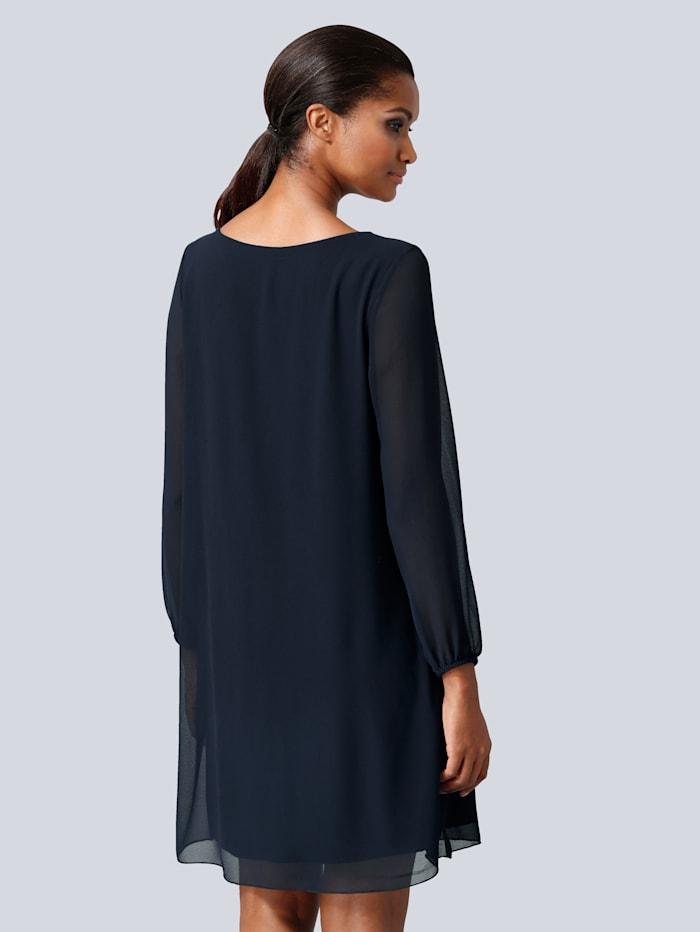 Kleid mit raffinierten Ausschnittdetails