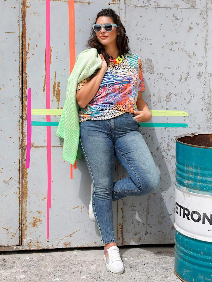 Jeans mit neonfarbener Paspel