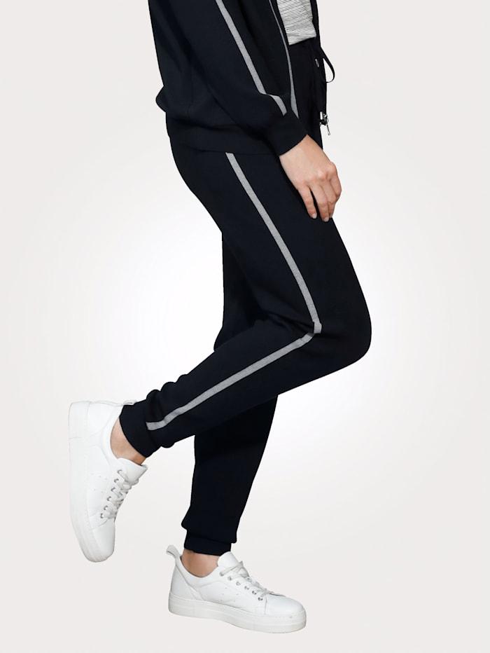 Kalhoty po stranách s kontrastními proužky