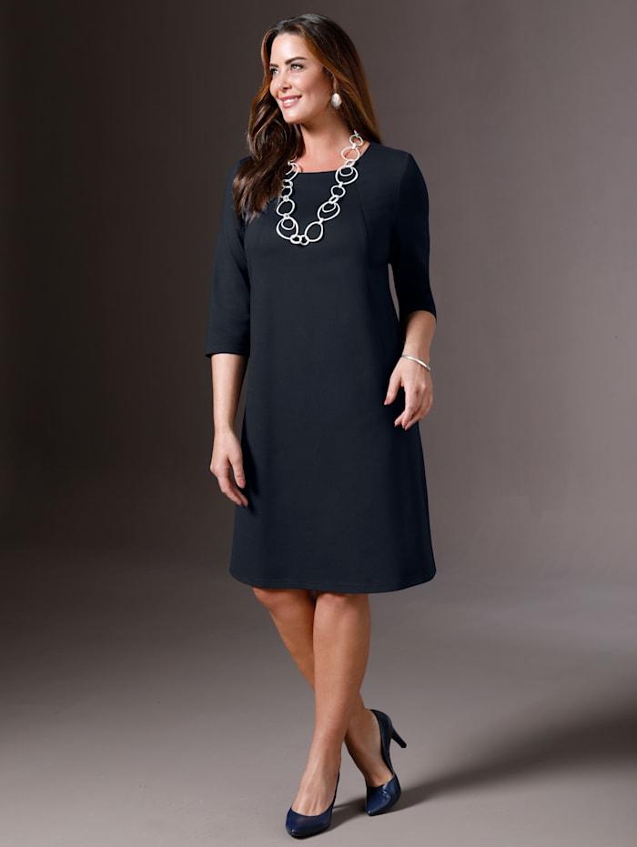Kleid mit formgebenden Nähten