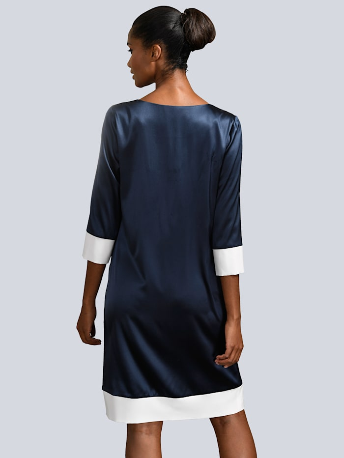 Kleid mit kontrastfarbenen Blenden