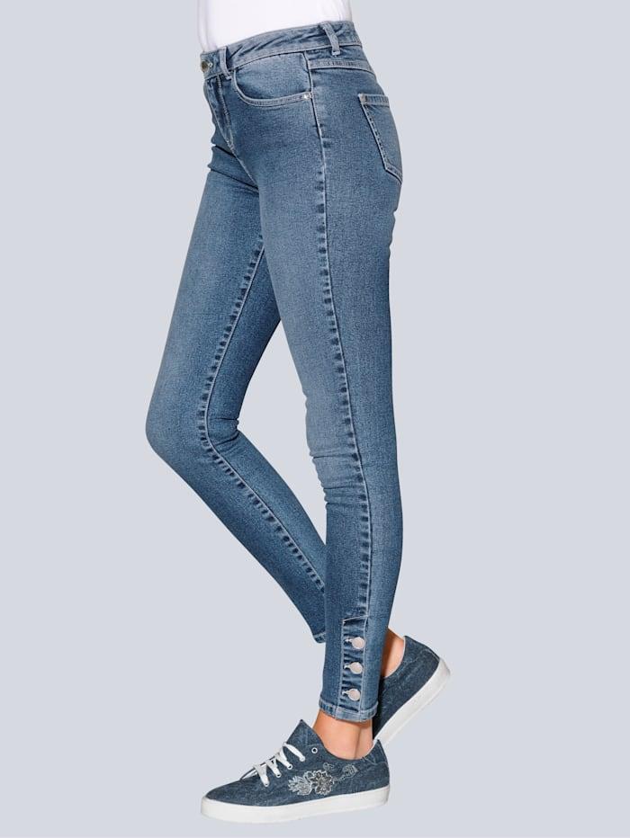Jeans mit dekorativen Knöpfen am Saum