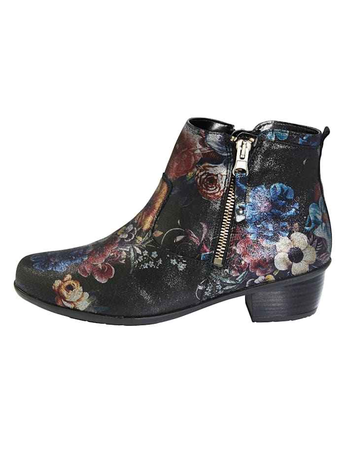 Ankle boots with a removable insole