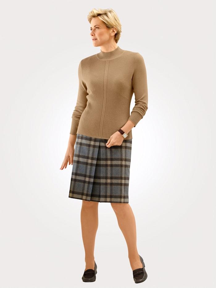 Pullover mit einem Mix aus Zopf und Strukturstrick