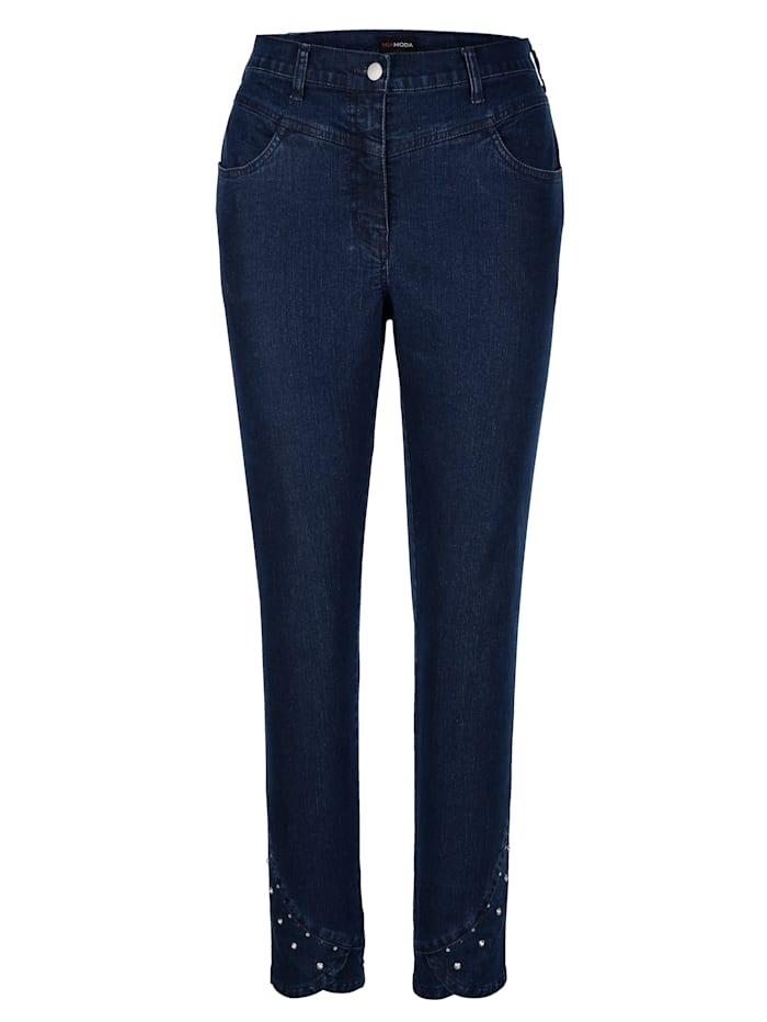 Jeans met klinknageltjes aan de zoom