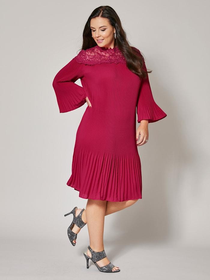 Kleid mit Plissee und Spitze