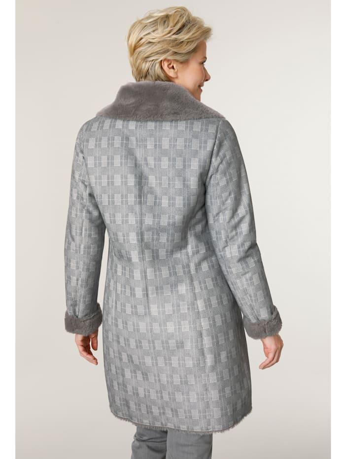 Kožešinový kabát s károvaným vzorem