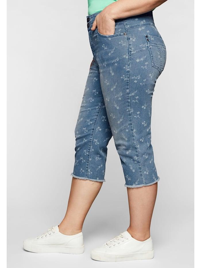Capri-Jeans mit Blümchenprint und Fransen am Saum